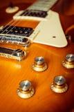 Knopfsteuerung der elektrischen Gitarre auf Fußboden Stockbild