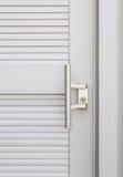 Knopp på den vita dörren fotografering för bildbyråer