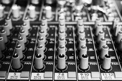 Knoppar och knappar på en musikkonsol Arkivbilder