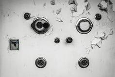 Knoppar på en vägg i ett övergett sjukhus Arkivfoto