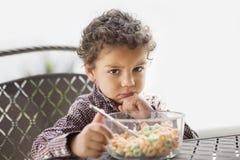 Knorrig die kind met zijn ontbijt wordt teleurgesteld Royalty-vrije Stock Fotografie