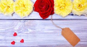 Knospen von Rosen und von Papier etikettieren auf einem Seil Lizenzfreies Stockbild