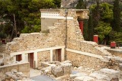 knossos Ruínas de um palácio antigo de Minoan, de umas paredes de pedra e de umas colunas vermelhas Crete, Greece fotografia de stock royalty free