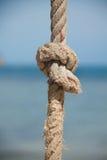 Knoten auf dem Seil und dem Meer Stockfotos