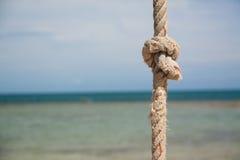 Knoten auf dem Seil und dem Meer Stockfotografie