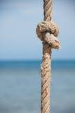 Knoten auf dem Seil und dem Meer Stockbild