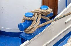 Knoten auf einem Schiffspoller Stockfotografie