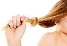 Knoten des blonden Haares lokalisiert auf weißem Hintergrund Stockfoto