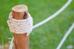 Knoten durch Seil auf hölzernem Pfosten Lizenzfreie Stockfotos