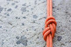 Knoten mit acht Seilen auf felsigem Hintergrund Stockfoto