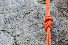 Knoten mit acht Seilen auf felsigem Hintergrund Stockbilder