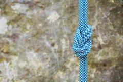 Knoten mit acht Seilen auf felsigem Hintergrund Lizenzfreie Stockbilder