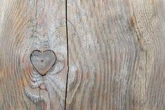Knothole nella forma del cuore in vecchio legno, fondo di amore Fotografie Stock