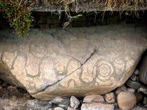 Knowth Neolithische Hoop, Kerbstone met spiralen en ruiten, Ire royalty-vrije stock fotografie