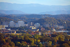 Knoxville-Skyline mit rauchigen Bergen stockbild