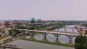 Knoxville, Tennessee, de V.S. de stad in bij Wereld` s Eerlijk Park Knoxville Convention Center Luchtmening 4K stock video