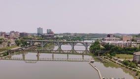 Knoxville, Tennessee, los E.E.U.U. c?ntricos en el parque justo del ` s del mundo Knoxville Convention Center Visi?n a?rea 4K almacen de video