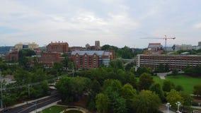 Knoxville, Tennessee, U.S.A. del centro al parco giusto del ` s del mondo Knoxville Convention Center Vista aerea 4K archivi video