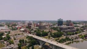 Knoxville, Tennessee, U.S.A. del centro al parco giusto del ` s del mondo Knoxville Convention Center Vista aerea 4K stock footage