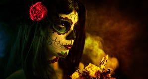 Künstlerischer Schuß des Zuckerschädelmädchens mit toten Rosen Lizenzfreies Stockfoto