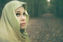 Künstlerisches Porträt der schönen sinnlichen Frau Stockfotos
