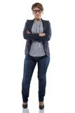 Knubbig kvinna för foto i jeans med korsade armar Royaltyfria Bilder