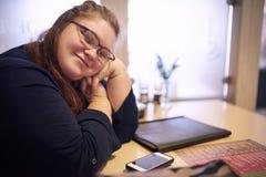 Knubbigt läraresammanträde i en ljus coffee shop royaltyfria bilder