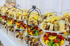 Knuffa omkring med en variation av läckra sötsaker, matidéer, royaltyfri foto