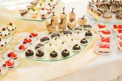 Knuffa omkring med en variation av läckra sötsaker, matidéer, beröm Arkivfoto