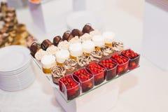 Knuffa omkring med en variation av läckra sötsaker, matidéer, beröm Arkivfoton