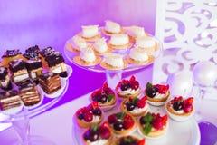 Knuffa omkring med en variation av läckra sötsaker, matidéer, beröm royaltyfri bild