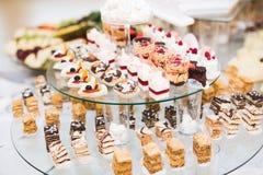 Knuffa omkring med en variation av läckra sötsaker, matidéer, beröm royaltyfria foton