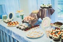 Knuffa omkring med en variation av läckra sötsaker, matidéer, beröm arkivbild