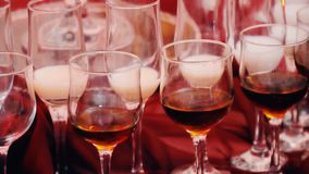 Knuffa omkring tabellen med drinkar arkivfilmer