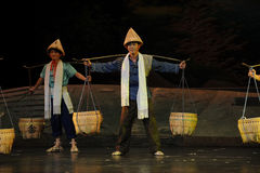 Knuffa polen och bambukorgen, den bambuhattJiangxi operan en besman Arkivfoto