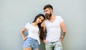 Knuffel van paar de witte overhemden elkaar Hangt het Hipster gebaarde en modieuze meisje uit stedelijke romantische datum Modieu royalty-vrije stock foto's