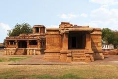 Knul Khan Temple op de linkerzijde en Suryanarayana Gudi op het recht, Aihole, Bagalkot, Karnataka stock afbeelding