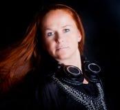 Knuppelende vrouw met vliegend haar stock foto's