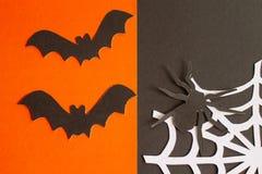 Knuppels, spinnen en Web van document op oranje en zwarte achtergrond stock foto