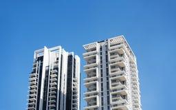 KNUPPELyam, ISRAËL 3 MAART, 2018: Hoge woningbouw tegen een blauwe hemel in Knuppelyam, Israël Stock Foto