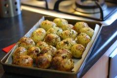Knusperige Braten-Kartoffeln frisch vom Ofen in ihrer Bratwanne lizenzfreie stockfotos