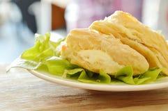 Knusperige Hühnertorte, die Sahnesauce mit grüner Eiche auf Platte zurechtmacht Lizenzfreies Stockfoto