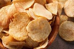 Knusperige Kartoffelchips stockfotos
