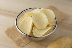 Knusperige Kartoffelchips in einer Schüssel Lizenzfreies Stockbild
