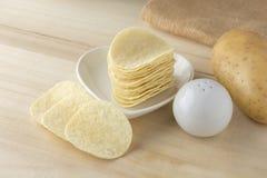 Knusperige Kartoffelchips im weißen Teller Stockfoto