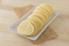 Knusperige Kartoffelchips im weißen Teller Lizenzfreies Stockbild