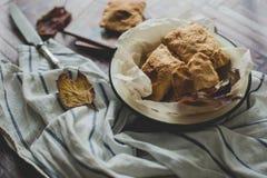 Knusperige Pastetchen der Blätterteignahaufnahme rustikal Lizenzfreies Stockfoto