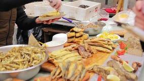 Knusperige salzige Snäcke Straßenhändler, der gebratene Meeresfrüchte verkauft Schlechte Hygiene stock footage