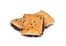 Knusperige Torte mit schwarzem indischem Sesam auf weißem Hintergrund Lizenzfreie Stockbilder