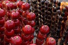 Knusperige verzuckerte Fruchthagedorne Bingtanghulu, Jamswurzel, usw. auf einem Stock stockfoto